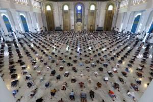 Ibadah Salat Jumat di Masa PPKM, Shaf Berjarak Enam Orang