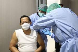 Giliran Mendagri Tito Karnivan yang Disuntik Vaksin Sinovac Tahap Pertama