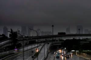 Jakarta Diguyur Hujan Seharian, BMKG Keluarkan Peringatan Potensi Angin Kencang dan Kilat