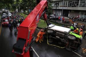 Diduga Ban Aus, Truk ini Terguling Menutupi Jalan Soekarno-Hatta Surabaya