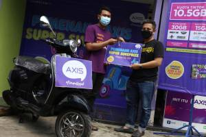 Beli Paket Internet Axis, Pria Jombang Jawa Timur Ini Dapat Hadiah Vespa LX125