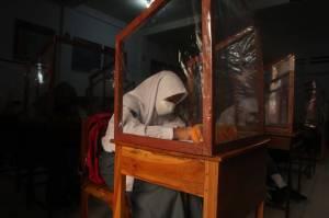 Dipasang Sekat Plastik, KBM Secara Tatap Muka di SMAN 4 Makassar