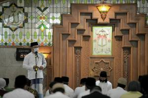 Safari Ramadan Pertama, Kang Emil Salat Tarawih di Masjid Pusdai Bandung