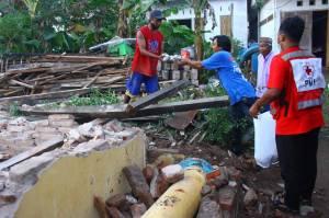 Buka Puasa Pertama Pengungsi Gempa Malang