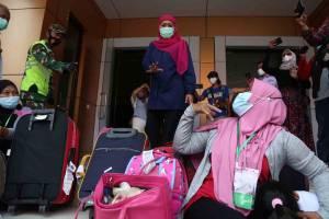 Gubernur Khofifah Tinjau Kondisi Pekerja Migran Indonesia di Asrama Haji Surabaya