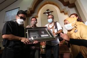 Peringati 3 Tahun Bom Gereja Surabaya, Forum Rumah Bersama Kunjungi Gereja Santa Maria Tak Bercela