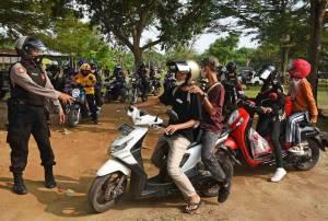 Polisi Bubarkan Kerumunan di Pantai Anyer