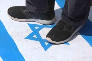 Bela Palestina, Massa Injak-Injak Bendera Israel di Surabaya
