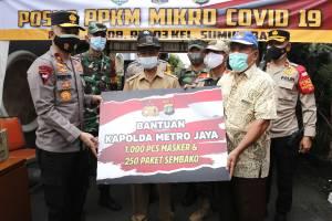 Wakapolda Metro Jaya Serahkan Bantuan Masker dan Paket Sembako di Posko PPKM Mikro Sumur Batu