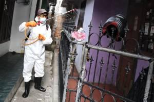 Penyemprotan Disinfektan di Zona Merah RW.03 Kelurahan Sumur Batu
