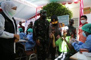 Aksi Lucu Buruh, Pegang Erat Tongkat Komando Kapolda Jatim Saat Disuntik Vaksin Covid-19