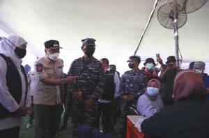 Ada Vaksin Gratis, Warga Surabaya Serbu Lapangan Thor