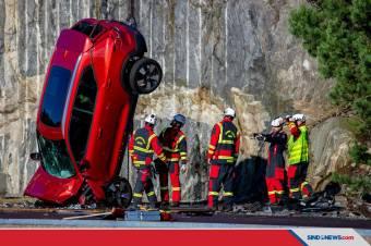 Volvo Jatuhkan 10 Mobil Baru dari Ketinggian 30 Meter