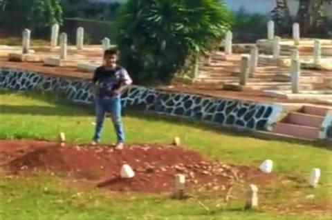 Remaja Menginjak Injak Makam Pahlawan Di Lampung