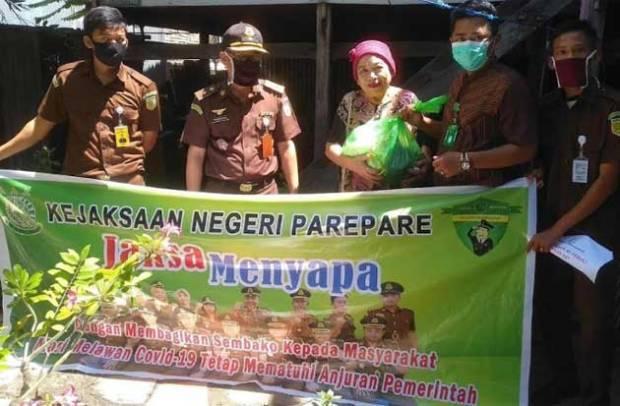 Lewat Program Jaksa Menyapa, Kejari-IAD Parepare Salurkan Sembako