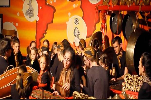 Diiringi Gamelan, Ricik-Ricik Banyumasan Mengalun Manis di Swiss