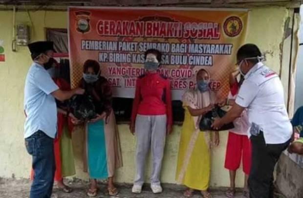 Polres Pangkep Bagikan Sembako dan Masker ke Warga Pesisir