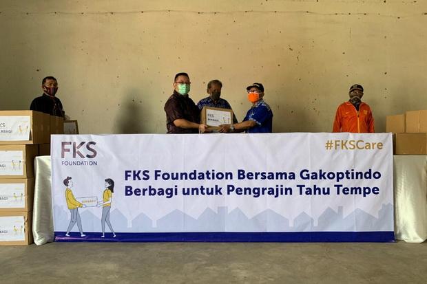 Ringankan Pengrajin Tahu Tempe, FKS Foundation Sumbang Paket Bantuan