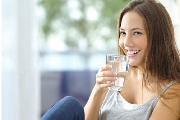 Minum Air Putih Bisa Menghilangkan Jerawat Lho!