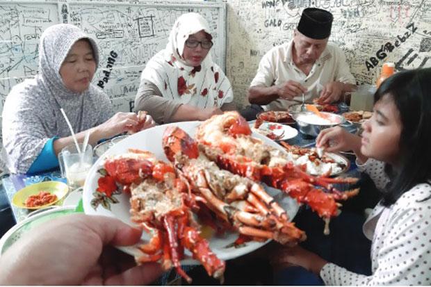 Menikmati Lezatnya Lobster Asam Manis di Pantai Timang