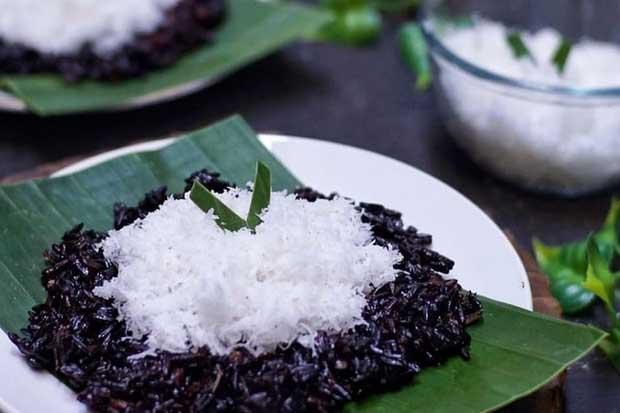 Menikmati Nasi Ketan Hitam di Teras Empang