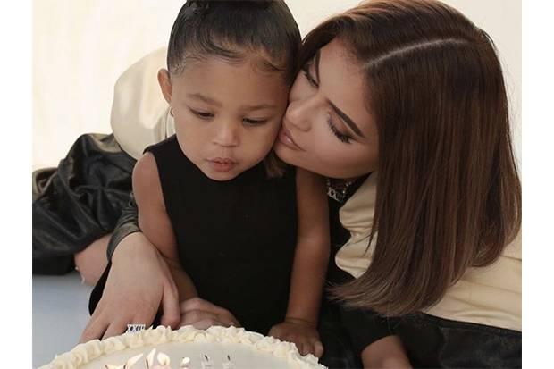 Rayakan Ulang Tahun ke-23, Kylie Jenner Pamer Gaya Rambut Bob