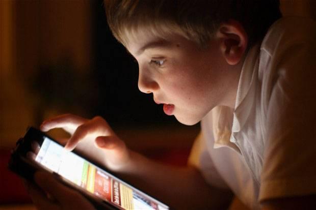 Jaga Kesehatan Mata, Batasi Anak Main Gadget