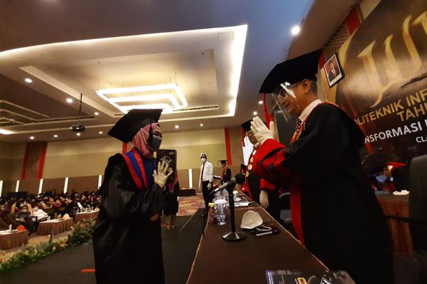 280 Mahasiswa Politeknik Informatika Nasional Makassar Diwisuda