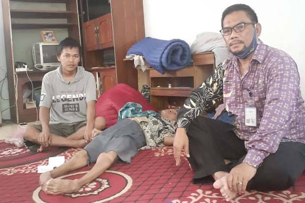 Remaja di Tangerang Sendirian Merawat Tiga Kakak yang Lumpuh