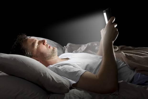 Kebiasaan Main Gadget Malam Hari Tingkatkan Risiko Diabetes Tipe 2