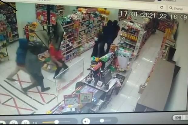 Terekam CCTV, Perampok Bercelurit di Ciputat Kuras Brankas Minimarket Rp36 Juta