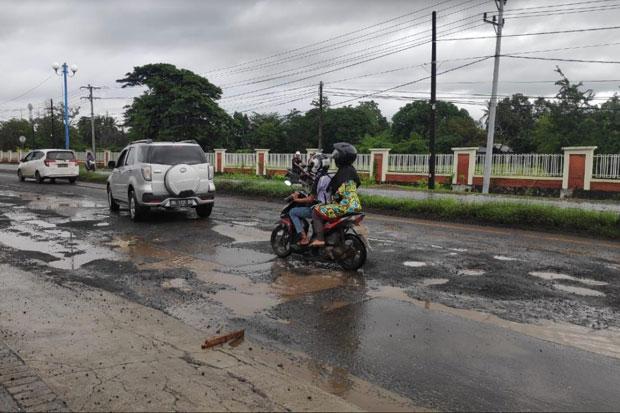 Pengguna Jalan Keluhkan Jalur Trans Sulawesi di Maros yang Rusak Parah