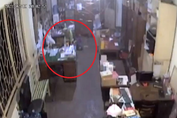 Terekam CCTV, Pelaku Pembobolan Gudang Bawa Kabur Uang Rp20 Juta
