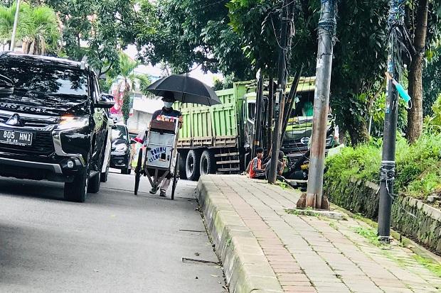 Rem Blong, Truk Pengangkut Pasir Hantam Pedestrian dan Tiang Telkom di Bogor