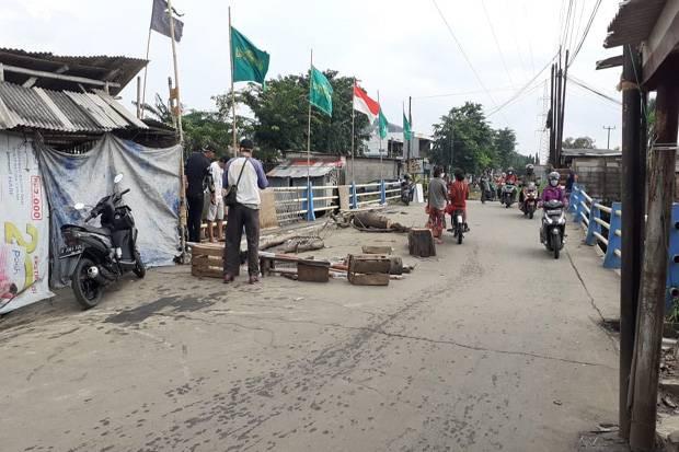 Tergerus Banjir, Jembatan Penghubung Dua Kecamatan di Bekasi Ambles