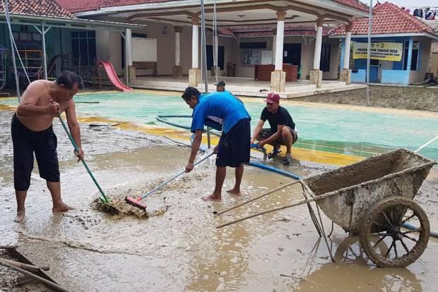 Banjir Surut, Warga Cikarang Timur Mulai Bersihkan Lumpur dan Sampah
