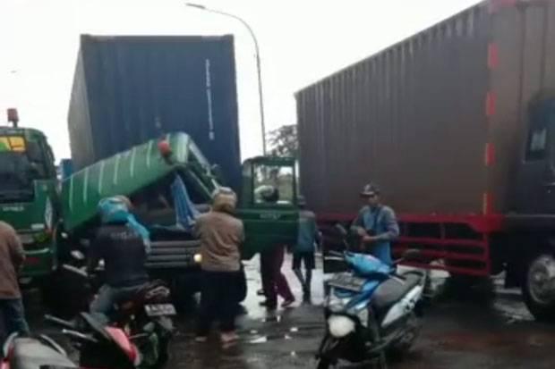 Diduga Hilang Kendali, Truk Trailer Hantam Minimal Bus di Tanjung Priok