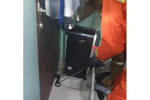 Satroni Rumah Warga, Damkar Jaktim Tangkap Ular Kobra Sepanjang 1,5 Meter