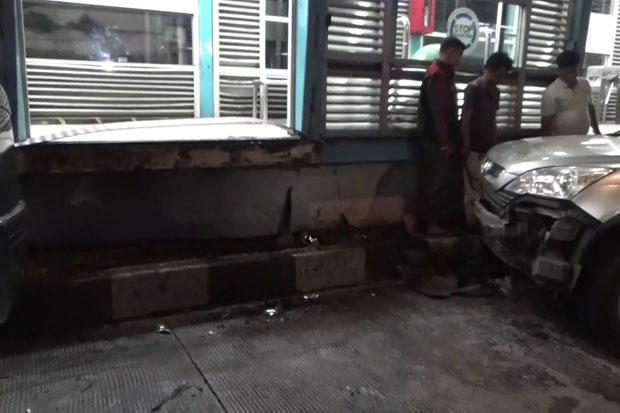 Hindari Kecelakaan, Minibus Tabrak Halte Transjakarta Pasar Jatinegara