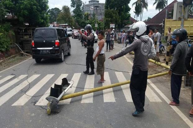 Viral, Pria Bekasi Nekat Patahkan Tiang Rambu Lalu Lintas Kalimalang