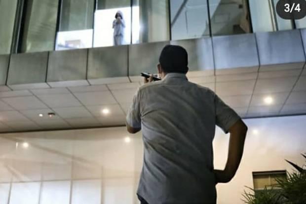 Momen Haru Anies Baswedan saat Jenguk sang Buah Hati yang Terpapar Covid-19 dari Balik Kaca