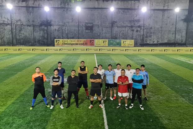 Saleh Husin Bersama Silmy Karim Main Sepak Bola di Lapangan Mini