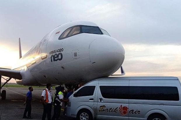 Shuttle Bus Lion Group Ciuman Mesra di Moncong Batik Air