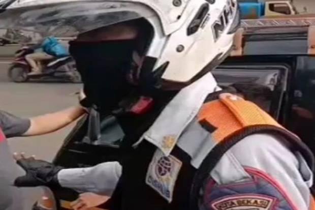 Viral, Petugas Dishub Gadungan Setop Kendaraan Bak Terbuka di Bekasi