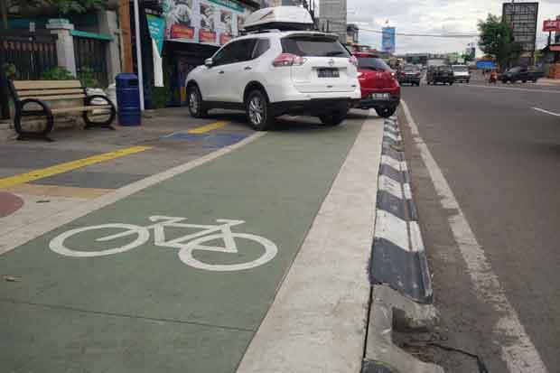 Trotoar Rp21 Miliar Jadi Lapak Parkir Liar, Komunitas Sepeda: Pengawasan Lemah