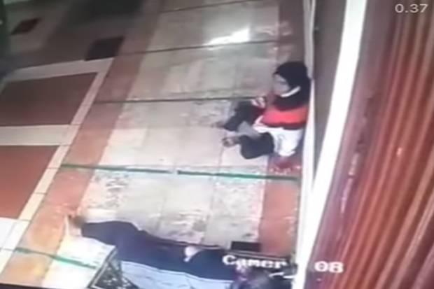 Terekam CCTV, Wanita Ini Curi Ponsel di Masjid Palmerah