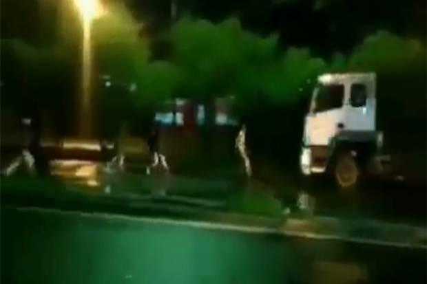Viral! Bocah Tertabrak saat Mencegat Truk di Simpang Jalan Alternatif Sentul Bogor
