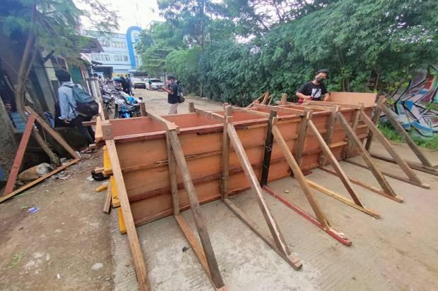 Tembok Blokade Jalan Umum ke Pergudangan Cipondoh Dibongkar Paksa Petugas Gabungan