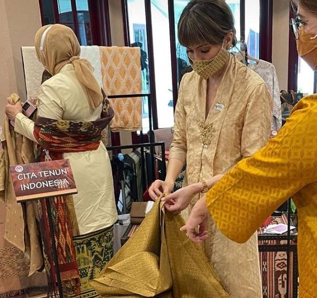 Fashionable, Istri Menteri Perdagangan, Bianca Adinegoro Borong Kain Tenun Tradisional