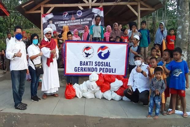 Gerkindo Bagikan Paket Sembako ke Warga Sukamakmur Bogor